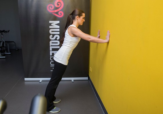 flexiones de brazos contra la pared wall push up