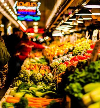 Mercado aprendiendo cómo comprar en la dieta cetogénica