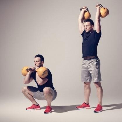 ejercicios con kettlebells Thruster con dos kettlebell