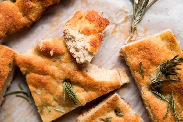 cómo hacer pan keto focaccia con romero